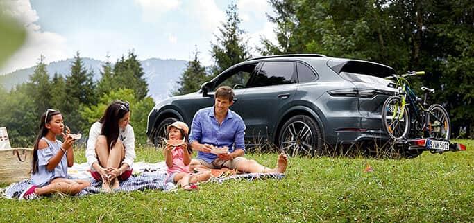 Familjepicknick Porsche i bakgrunden